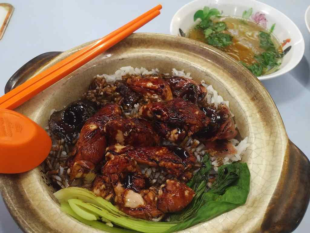 Their trademark and recommended Claypot chicken rice served in a piping hot pot with a soup side.