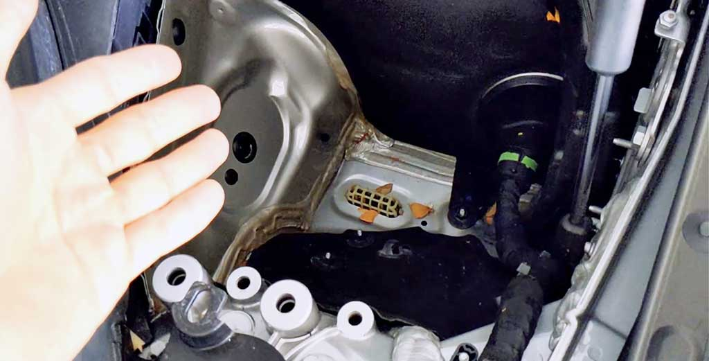 BMW 3-Series 5 tips Quirky engine compartment space